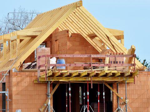 Zalety wykorzystania prefabrykowanych wiązarów dachowych drewnianych