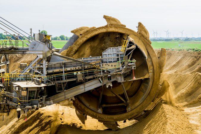 Z czym wiąże się wydobycie surowców naturalnych w XXI wieku?