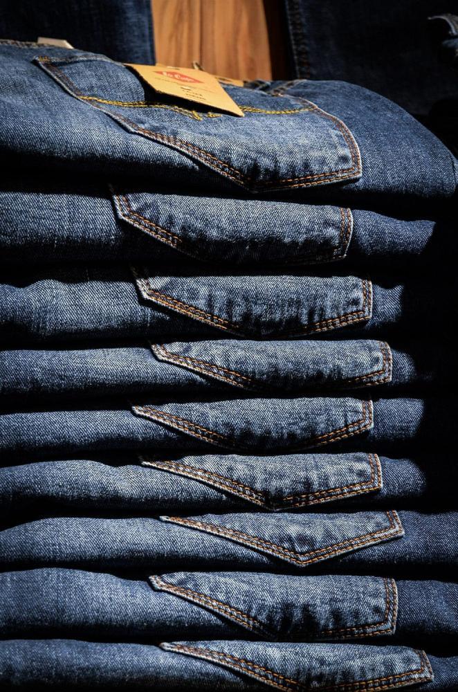 Jak rozpoznać oryginalne spodnie Armani?